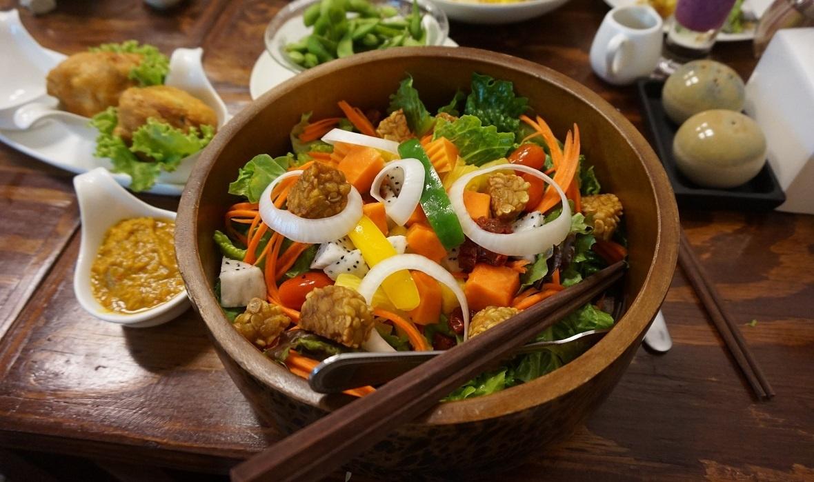 Een saladebowl met tempeh is een heerlijk voorbeeld van een vegan maaltijd